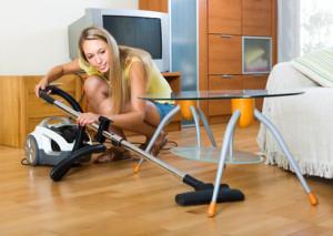 Frau saugt ihre Wohnung
